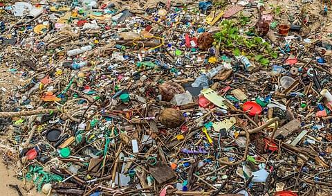 мусор на пляже малайзии batu layar