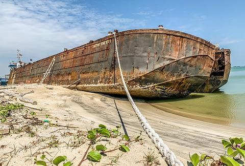 заброшенный корабль малайзия пляж малакка