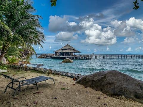 шезлонг пляж остров Тиоман Малайзия