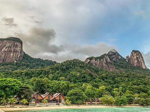 Остров Тиоман в Малайзии гористый с нетронутой природой
