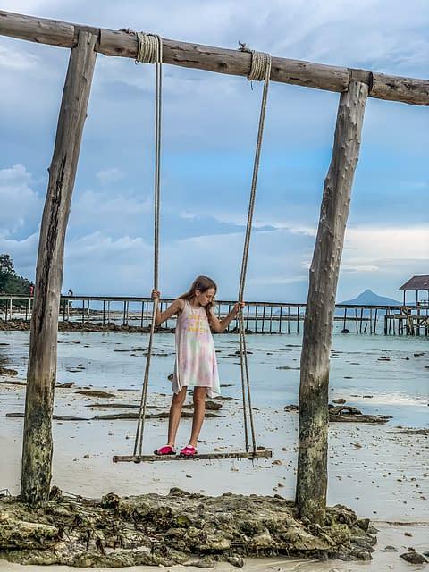 качели на пляже острова Малайзии