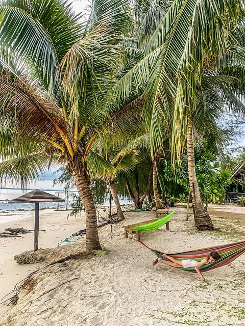 гамак на пляже райский остров Бесар Малайзия