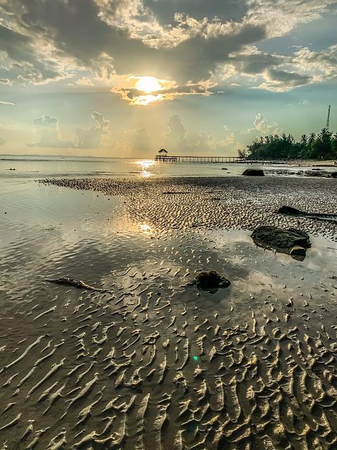 закат и отлив на море Малайзия